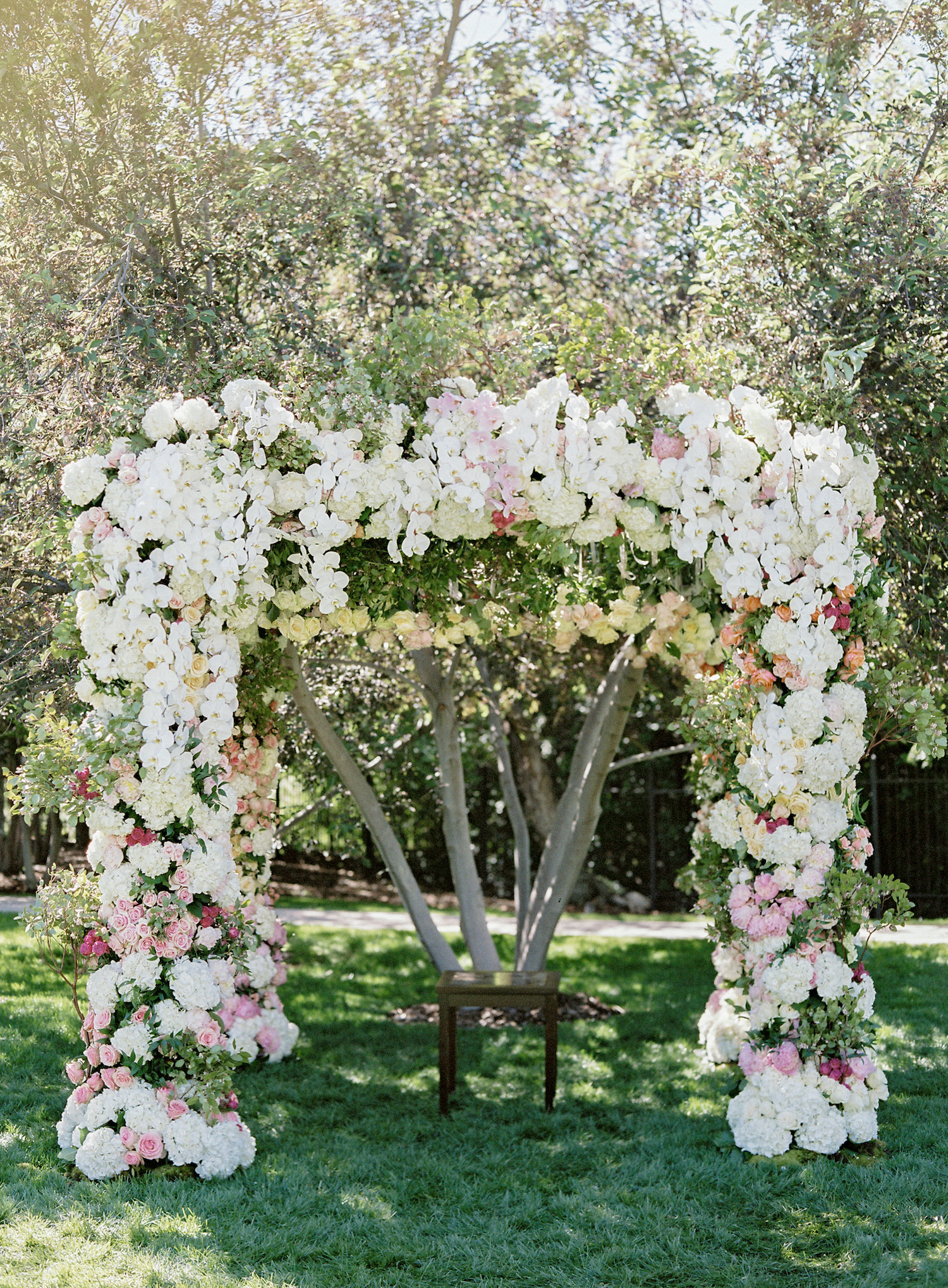 outdoor-wedding-ceremony-arch-floral