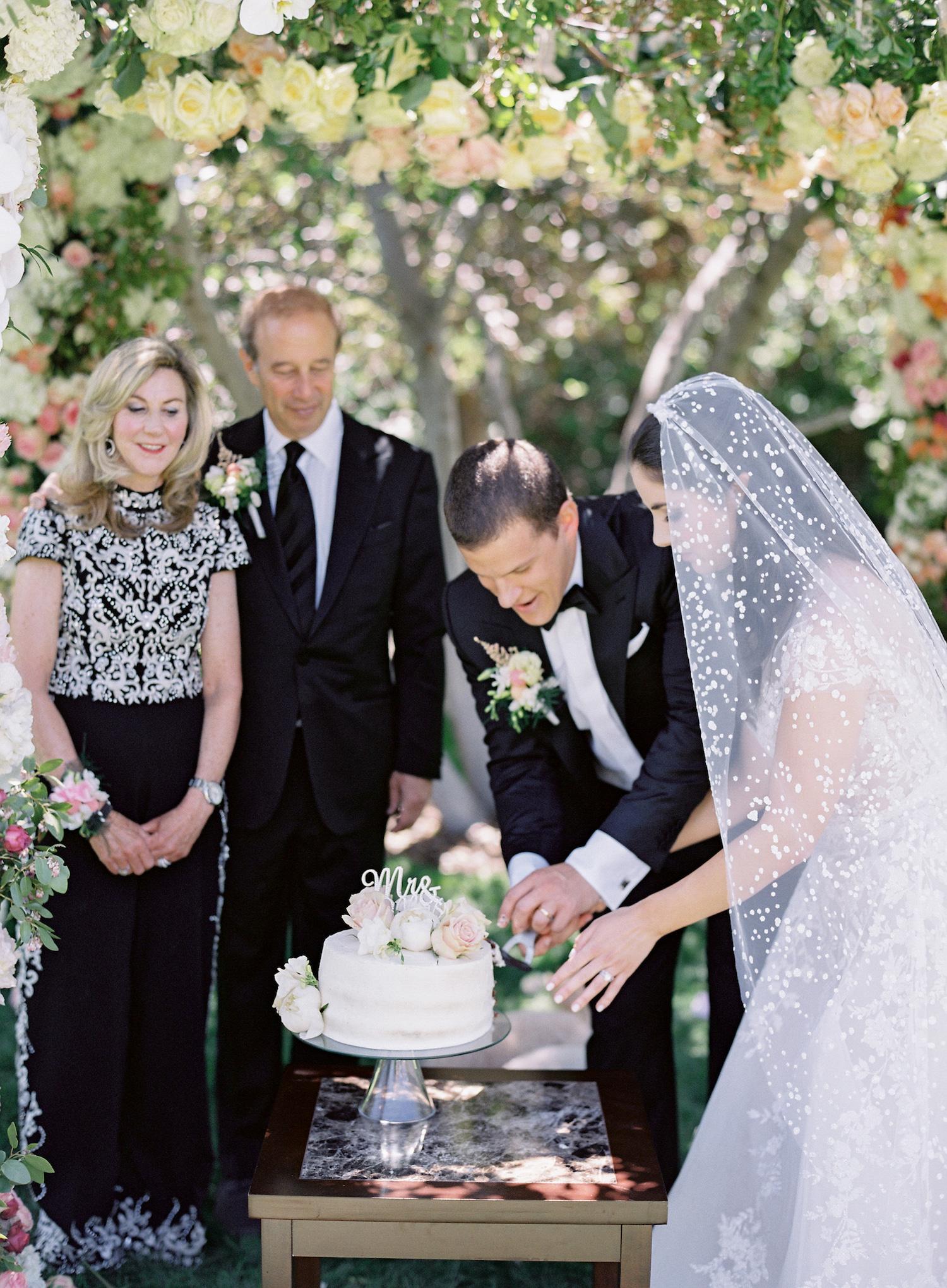 micro-wedding-cutting-the-cake